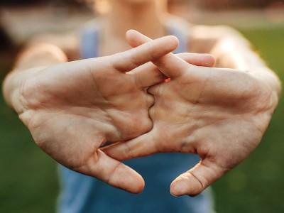 Parmak Çıtlatmanın Zararları Nelerdir? Nasıl Önlenir?